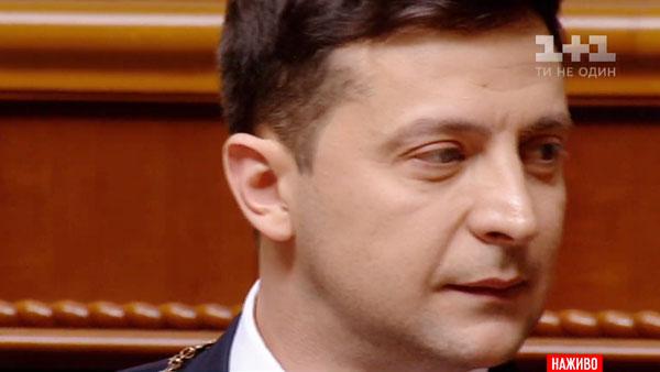 Президентское удостоверение Зеленского изваляли на полу