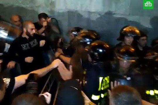 Спецназ разогнал участников беспорядков у парламента Грузии